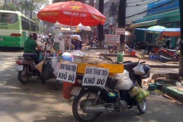 Người bán hàng rong đạp cán bộ trật tự đô thị ngã nhào ở Sài Gòn